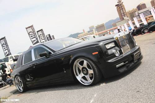 Rolls-Royce Phantom on 24″ Scara wheels (via auto123).