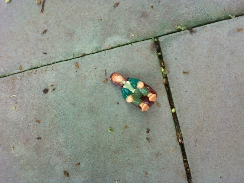 sadstuffonthestreet:  Frodo lost his way again. Found by comamotel