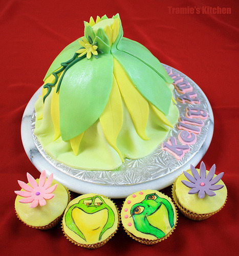 Princess Tiana 's dress birthday cake &The Frogs cupcakes (by Tramie's Kitchen)