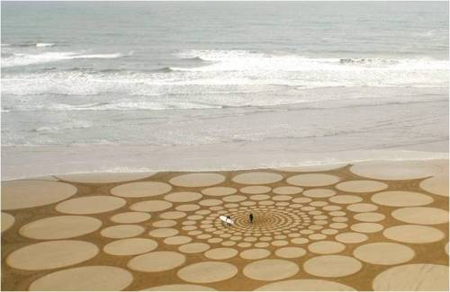 anthropologie:  Jim Denevan is renowned for his sand drawings, and rightly so. Most take all day to complete, are massive in scale and stunningly precise—each circle seemingly perfect, each angle exact. Every drawing has a defined lifespan, lasting only as long as it takes the tide to rise. Via: Jim Denevan  This is breathtaking.