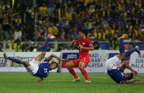 hanifmuqsit:  Bicycle-kick from Amirulhadi and Safee..