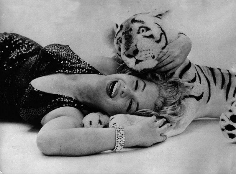 Marilyn Monroe and the Tiger (1957). Richard Avedon.