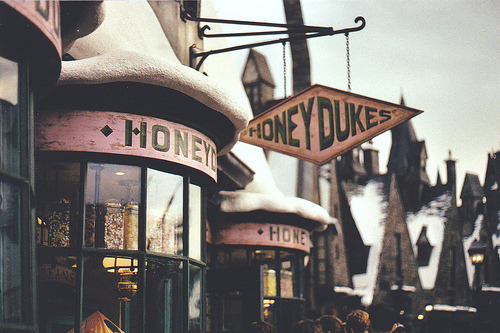 setphasorstoloveme:  I WANNA GO TO HONEYDUKES WITH YOUUUUUU