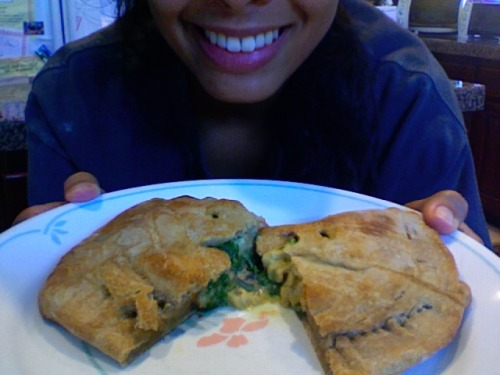 reblogged from auxprofondeurs:   Homemade Vegan Spinach, Mushroom, Garlic, Tomato Calzone! Easy and GENIUS!