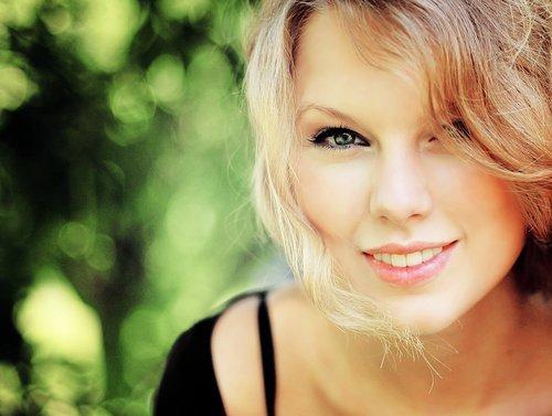 Alguem que não provoca seu sorriso não merece sua lagrima.  (Taylor Swift)