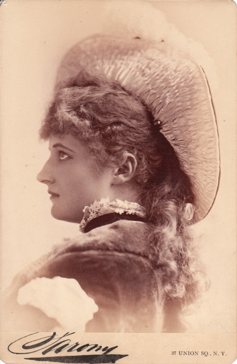 earwigbiscuits:  Cabinet card of actress Mary Anderson (1859-1940) by Sarony (via)