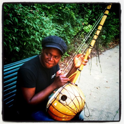 "This guy plays ""guni"", a traditional instrument from Burkina Fasso. He crafted the guni himself. #guitar #guni #Africa #Paris (Taken with instagram)"