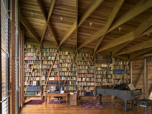 Built-in bookshelves in Casa Kike by Gianni Botsford Architects (via ArchDaily)