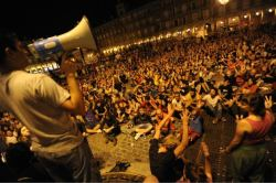 August 2, 2011: Plaza Mayor, Madrid, Spain After being cleared out of Plaza del Sol earlier today, 15M protestors moved to Plaza Mayor… AND APPARENTLY FOUND TONZ OF FRIENDZ TO PLAY #SPANISHREVOLUTION WITH THEM ALONG THE WAY. The members of the 15M movement has been playing the #SpanishRevolution game since May 15 of this year! WOW! I can't even pay attention to anything for that… wait… what was I saying? Ugh. I'm not even drunk, and I forgot. :(