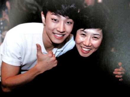 gikwang with his mother :)