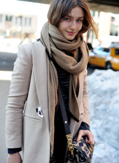 I love this late-winter outfit, its not layer over layer over layer just a simple coat over some pants and shirt (which i really can´t make out) paired with a beautiful scarve and handbag!