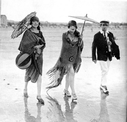 bathing-beauties:  Shawls and parasols and sailor hats, oh my!