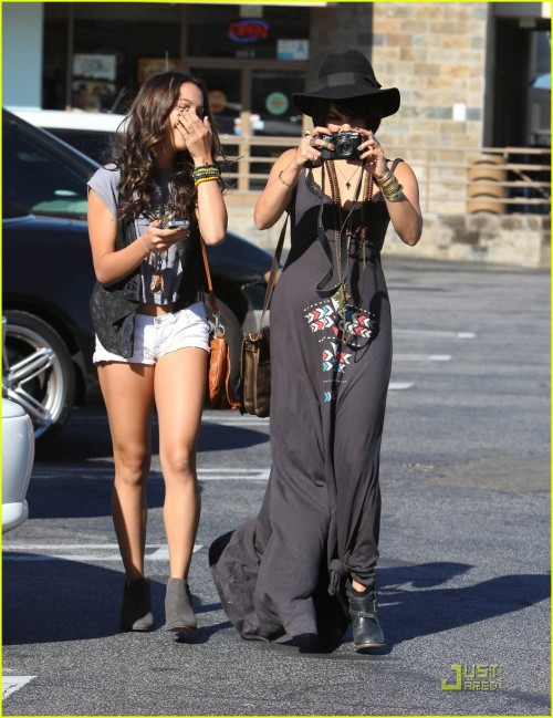 Vanessa Hudgens & Stella: Camera Cuties!