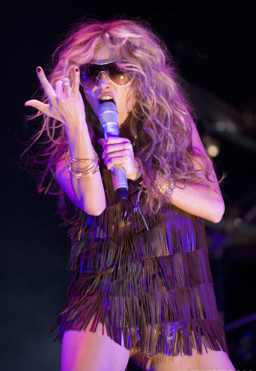 Paulina Rubio copying Ke$ha.