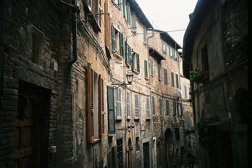 livefortravel:   Narrow alley in Perugia  | by © LucyCheung  As if I haven't said this enough lately… I really miss this. I really miss living in Italy.