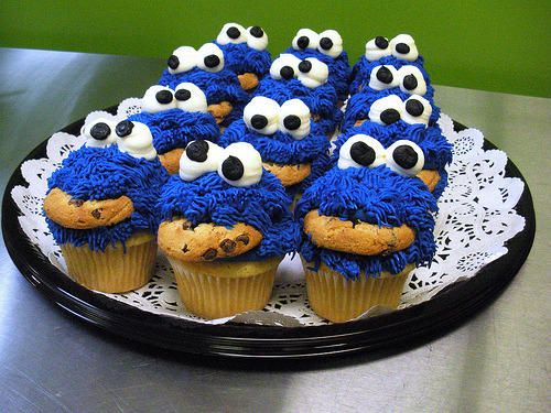 ffoodd:  cookie monster cupcakes (by Miss Fabulous Jess)