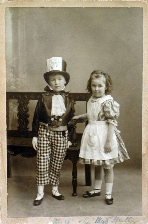 commeparmagie:  The Mad Hatter and Alice.
