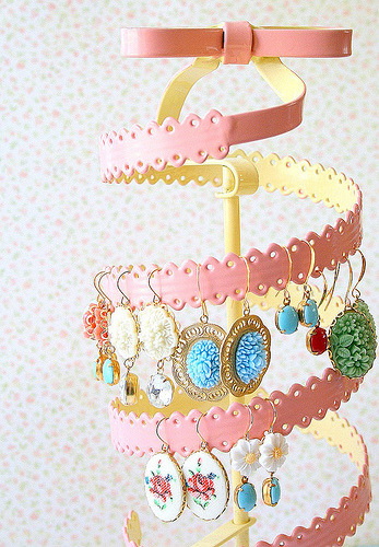 meaghanmonroe:  I love this earring stand.
