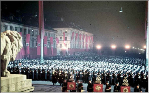 frostywine:  1938. Feldherrnhalle, Munich.  Annual midnight swearing-in of SS-men. COATS GALORE. :D