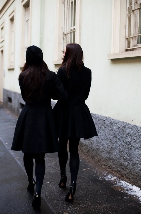 obscenegestur:  je-vois-tout:  tayler and i.  SOMEONE GET ME A BLACK COAT LIKE THE RIGHT ONE. PLS