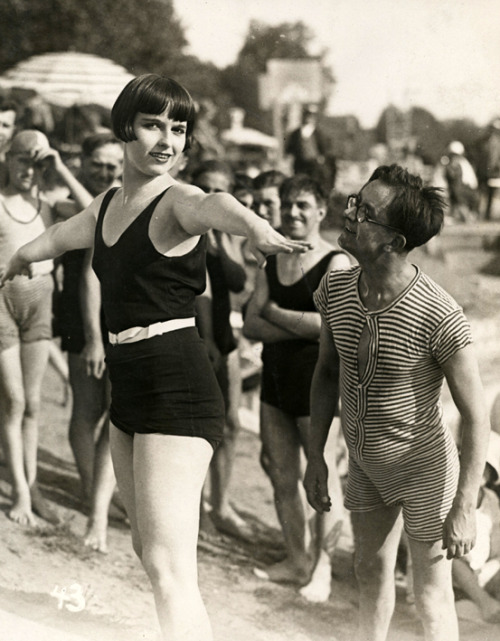 mothgirlwings:  Louise Brooks and an admirer - (1930)
