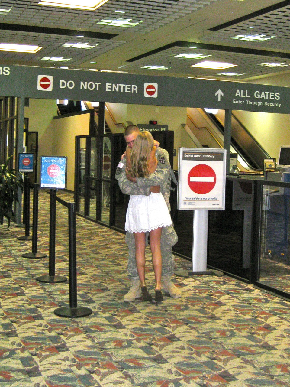 lovelymilitarycouples:  picking up my boyfriend at the airport while he was on leave from iraq. <3 http://toriiii.tumblr.com/   So sweet