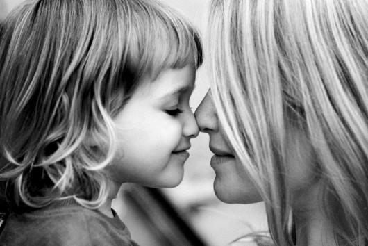 mãe e filha frente a frente, mãe e filha nariz encostado, mãe e filha fofas
