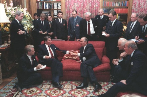 picturesofwar:  A meeting between Ronald Reagan and Mikhail Gorbachev meeting for the first time at the second and final Geneva Summit; the first being held in 1955. November 19, 1985.