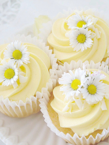 Lemon Daisy cupcake (by sweet berry me)