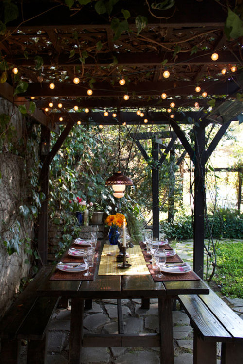 myidealhome:  dining outside (via Isabelle & Brandon's Lovely Echo Park Cottage | Apartment Therapy Los Angeles)