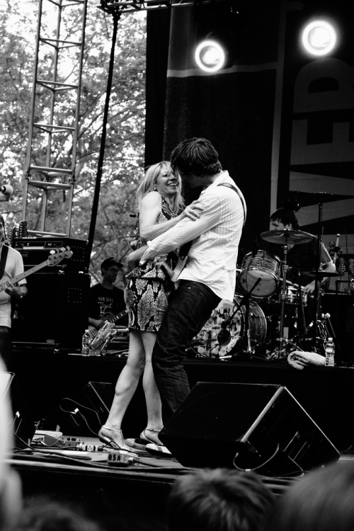 "flowerscrackconcrete:  Sonic Youth at Battery Park, NYC (July 4, 2008) Thurston Moore comforts Kim Gordon after she forgot the lyrics to ""Drunken Butterfly"" You can watch the moment here around 1:46"