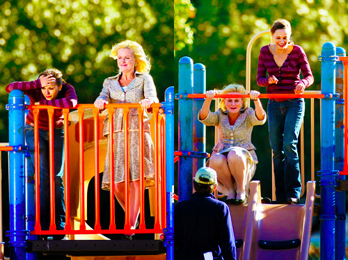 Rashida Jones and Amy Poehler filming the pilot episode of Parks and Rec.