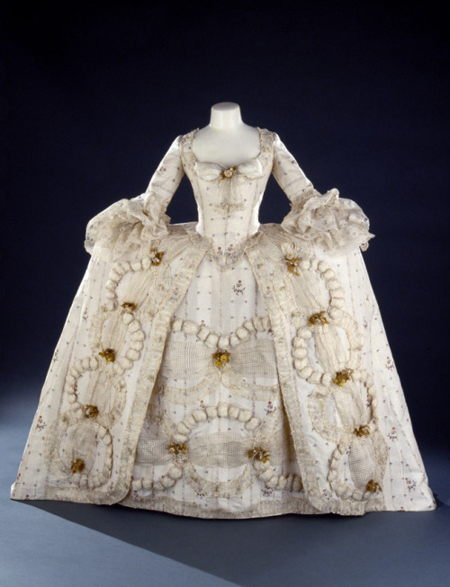 Robe à la française and petticoat, ca 1780-85 England, Royal Ontario Museum This is such a well-known dress but they only have one shot of it.  Shame.
