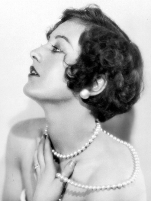 Joan Crawford, 1920s. Just a little bit of fabulosity to tide you over until morning.