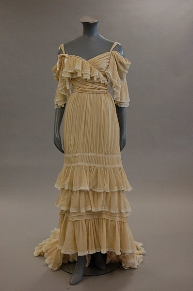 yeoldefashion:  A breathtakingly beautiful 1976 evening dress by Jean Patou. I think this is one of my favorite pieces of clothing to come out of the 1970s.