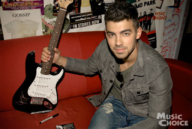 "mcmusicchoice:  Here's Joe Jonas signing the guitar we're giving away to one lucky follower in celebration of the new ep of ""Speaking Of…"" starring Joe and a certain child of Destiny. Be sure to follow Music Choice on Twitter to get details on how to win!"