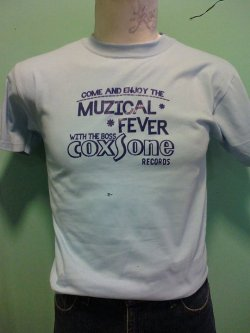 :: MUZICAL FEVER: COXSONE REC. :: T-Shirt Color: Light Blue Ink Color: Navy Blue Sizes: S,M, L ———————————————— Color de Playera: Azúl Cielo Color de Tinta: Azúl Marino Tallas: CH, M, G