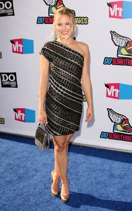 Last night Kristen Bell wore an amazing archive ETRO dress to the 2011 VH1 Do Something Awards at the Hollywood Palladium in California. Nicole Chavez always picks out the best dresses. We love working with her!