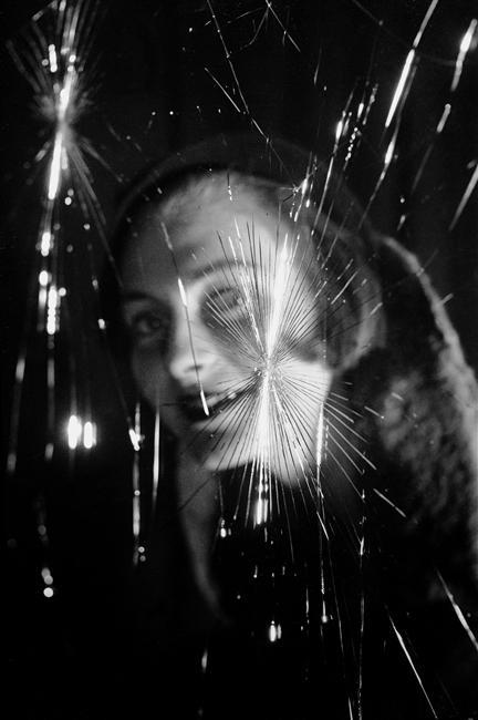 liquidnight:  Fosco Maraini Face seen through a broken window, circa 1950 [From the Réunion des Musées Nationaux]
