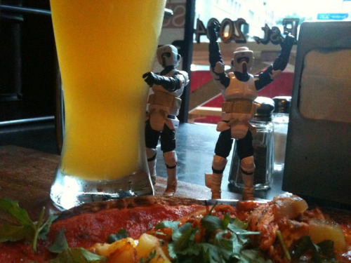 dbsw:  What did we do upon arriving in NYC? Got a beer and a thin crust pizza of course!