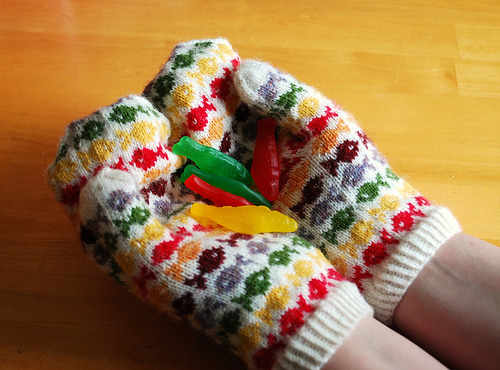 365.57 sweedish fish mittens (by Hip To Piece Squares)