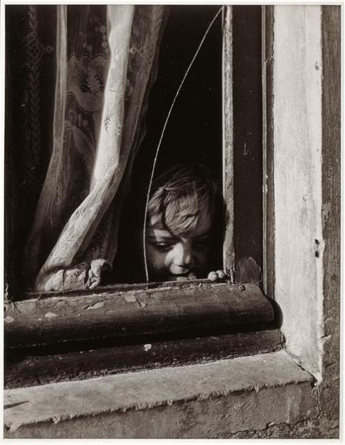 liquidnight:  Izis Broken window, circa 1945-1948 [From the Réunion des Musées Nationaux]