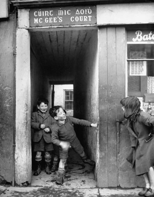 m3zzaluna:  children playing at the entrance to mcgee's court slum on camden street, dublin, ireland, 1948 photo by n.r. farbman