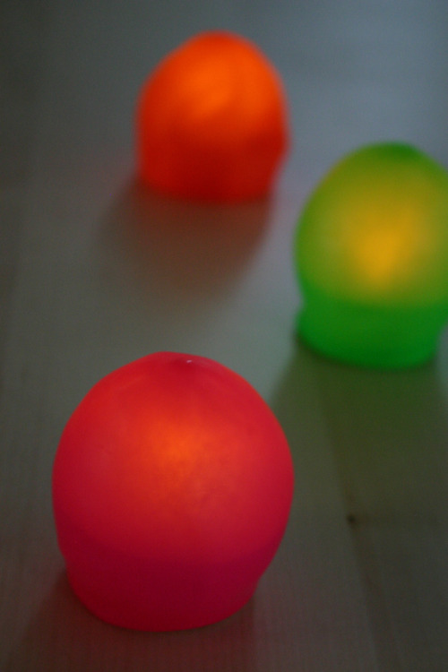 DIY Blob Lights. LED Candles and Balloons. I know, more sticking things in balloons. First glow sticks posted here now LED lights. I can see these at a party in a darkened room looking very modern and cool. From Family Chic here.