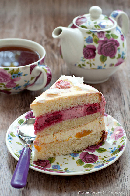 gastrogirl:  cake with raspberry and peach curd cream.