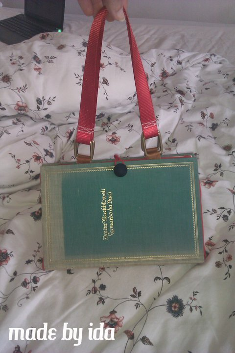 And this is a purse I made out of an old book about Leonardo Da Vinci. I bought an old book and remodeled it into a purse for my friend Lisa's 29. birthday.  The lining on the inside and the straps are red, her favorite color. Isn't it precious? She is a librarian with a Ph. D. in art history, so the Book about Leonardo da Vinci fit perfectly! I love it, she loved it, we all loved it!