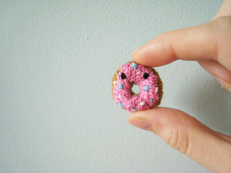 Tiny knitted donut! From Mochimochi Land.