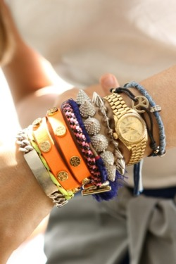 du-st:  dietcokeandasmoke: this girl knows how to mix her bracelets!