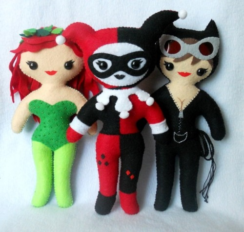 ADORABLE Gotham City Sirens! fumettidccomics:  elliottmarshal:  [Image description: A photograph of three hand made dolls, one of Poison Ivy, one of Catwoman and one of Harley Quinn. They're adorable.]  By Michele Legendre  .