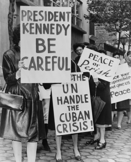poundoflogic:  An anti-nuclear protest during the Cuban Missile Crisis, 1962